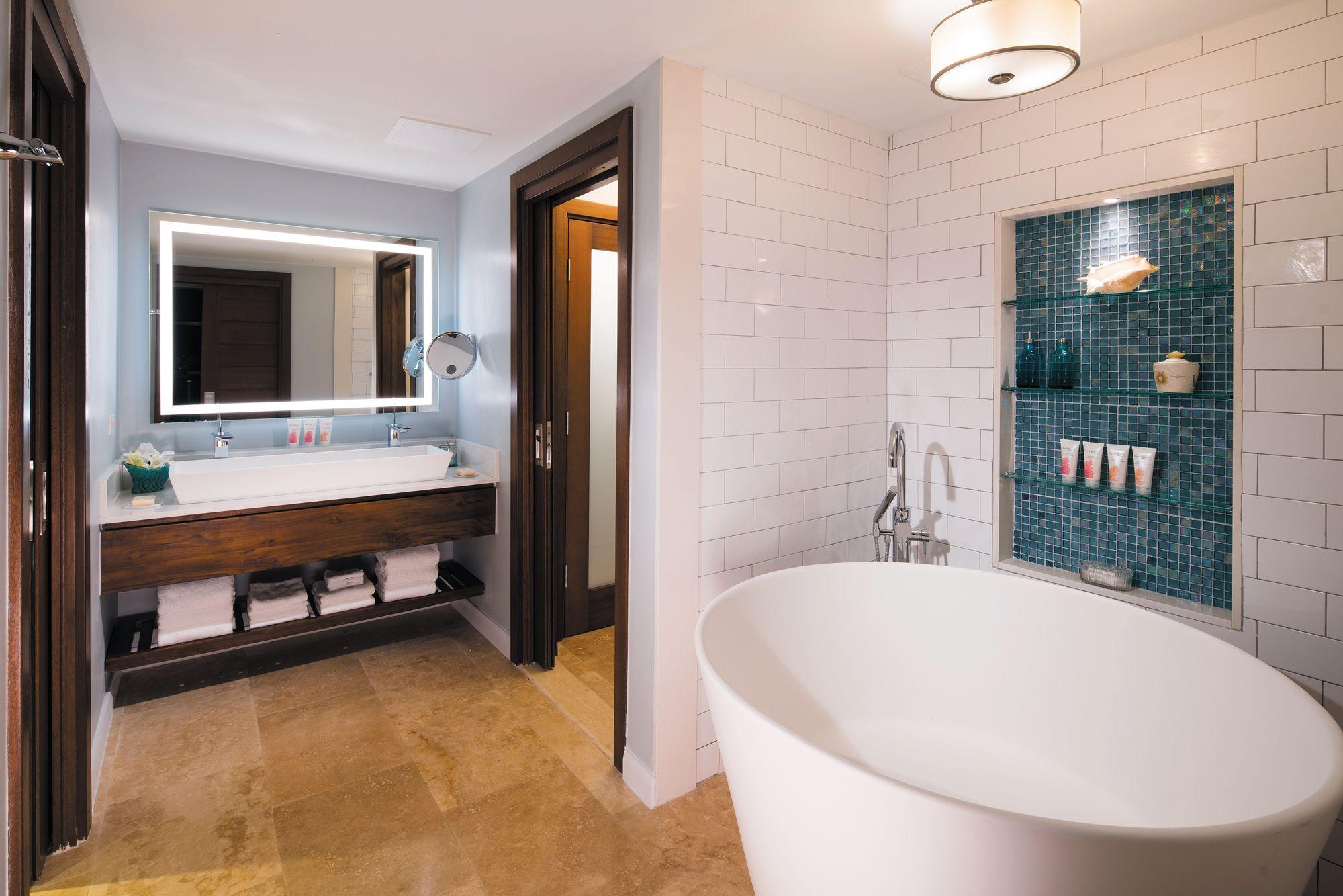 Badezimmer mit großer Runder Badewanne und Doppelwaschbecken.